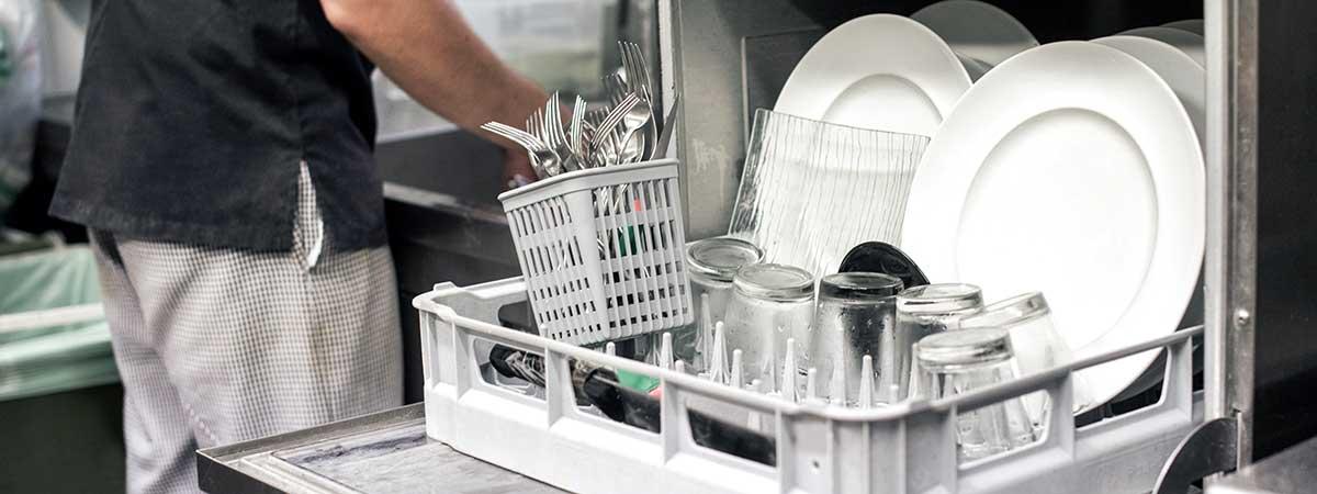 El lavavajillas es un elemento esencial en el Equipamiento de Cocinas para Restaurantes